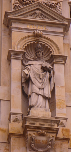 Statue am Rathaus in hamburg