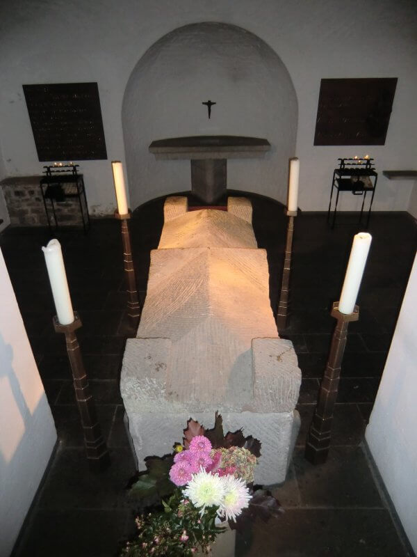Römischer Sarkophag mit Albertus' Gebeinen in der Krypta der Kirche St. Andreas in Köln