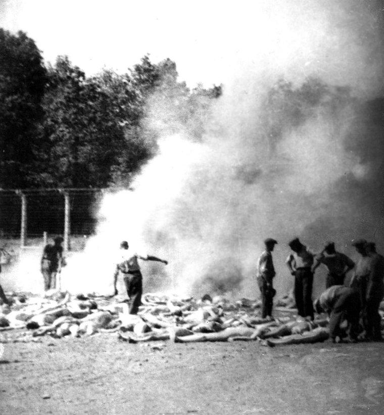 Häftlinge des Sonderkommandos in Auschwitz beim Verbrennen von Leichen. Heimlich aufgenommenes Foto des Widerstandes - wahrscheinlich von 'Alex', einem jüdisch-griechischen Häftling des Sonderkommandos.