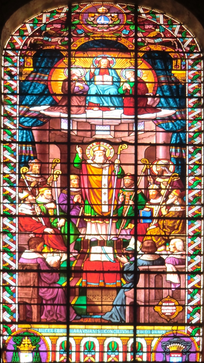 Glasfenster: Casarius (Mitte) beim Konzil in Orange von 529, 1891, in der Kathedrale in OrangeX