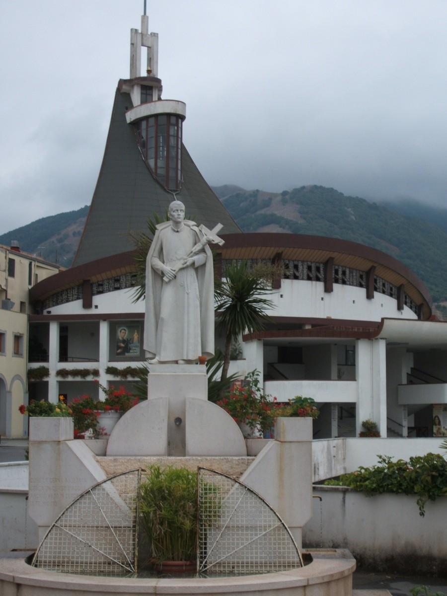 Statue vor dem Santuario Gerardo in Materdomini