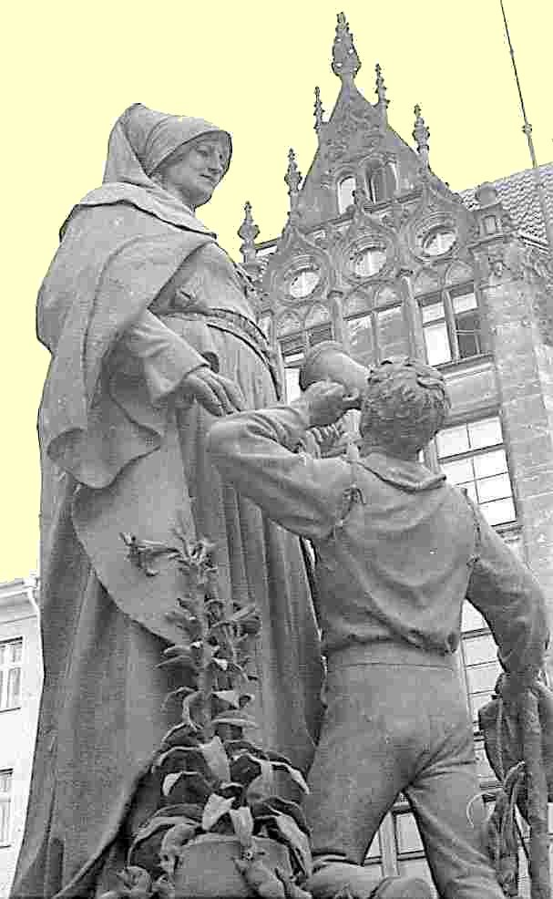 Gertrud-Denkmal auf der Gertrauden-Brücke in Berlin