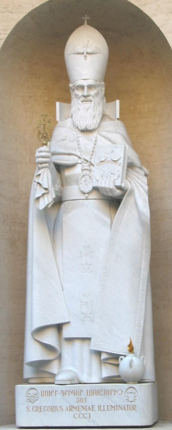 Statue an der Nordfassade des Petersdoms in Rom