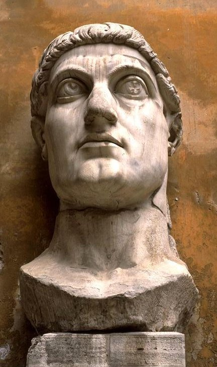 Fragment einer Kolossalstatue, heute beim Forum Romanum in Rom