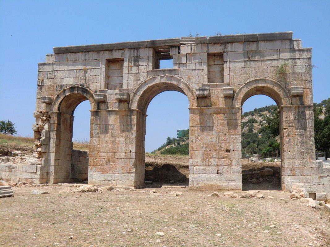 Wiederaufgebautes Stadttor in Patara, erbaut zu Ehren des Statthalters Mettius Modestus, der um 100 die damalige Hauptstadt von Lykien regierte