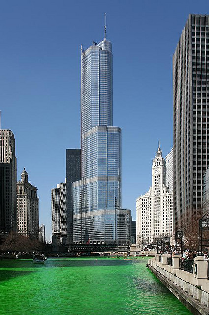 Der grüne Chicago River am St. Patrick's Day vor dem Trump Tower in Chicago