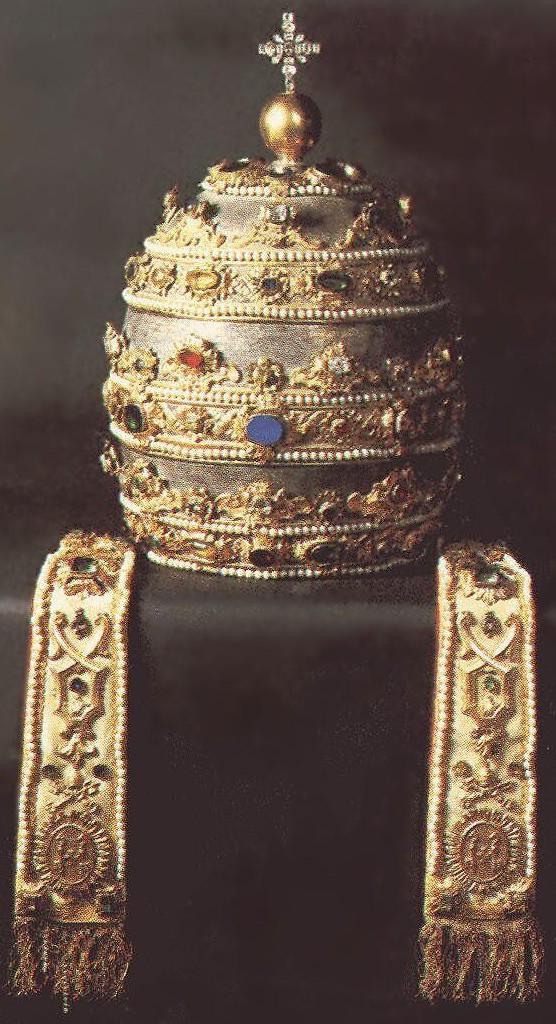 Die Tiara, mit der in der Regel Petrus' Statue im Vatikan gekrönt wird, wohl die 1845 für Papst Gregor XVI. gefertigte Papstkrone