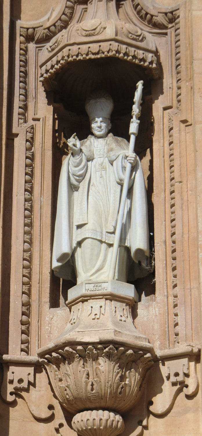 Statue an der Kathedrale in Guadix