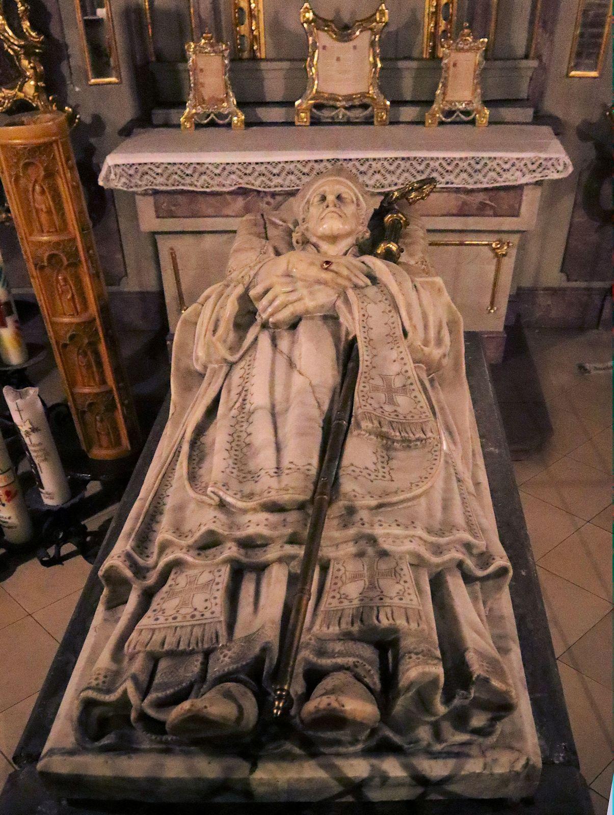 Sarkophag in der Gruft von St. Ulrich und Afra
