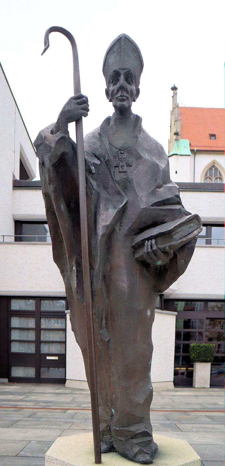 Statue vor dem Bildungshaus St. Ulrich in Augsburg