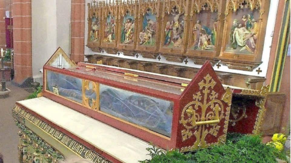 Wendelins relikvier i basilikaen i St. Wendel på minnedagen for translasjonen © Joachim Schäfer – Ökumenisches Heiligenlexikon